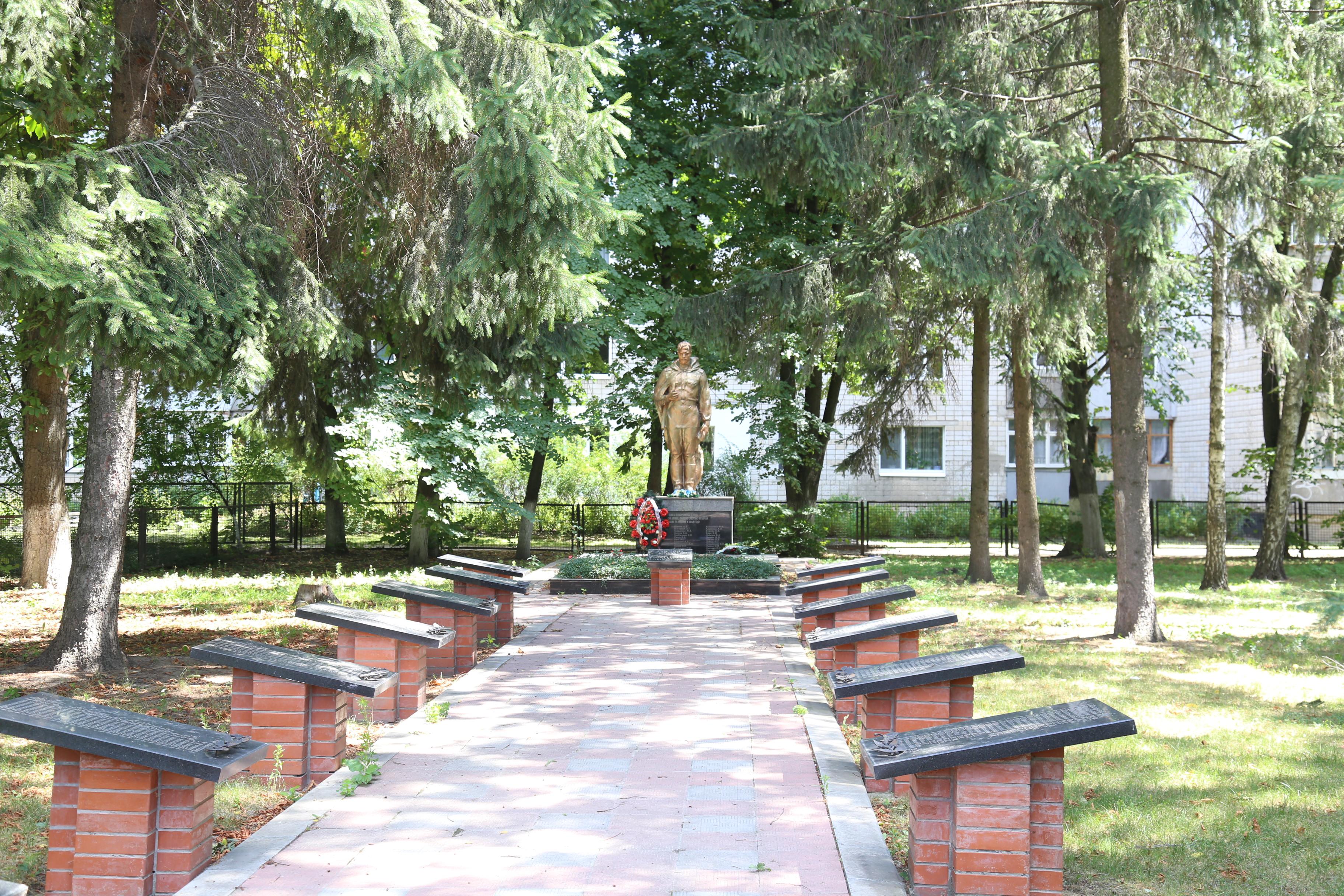 Братська могила воїнів Радянської Армії, в  якій похований Герой Радянського Союзу Л.І.Глібов